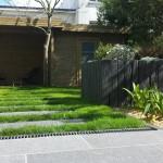 Paillis de schiste pour création de pas japonais rejoignant la terrasse et la cabane de jardin