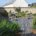 Piquets de schiste ardoise pour la création d'un espace terrasse dans le jardin