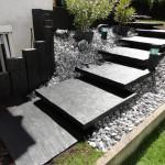 Création d'un escalier extérieur avec des paillis de schiste ardoise de grande largeur