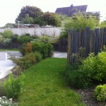 Vue d'un jardin avec différentes tailles de piquets de schsite ardoise