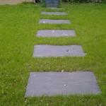 Paillis de schiste ardoise posés au sol pour créer une allée